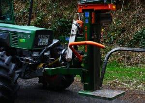 Unser zapfwellenbetriebener Holzspalter angeschlossen am Traktor.