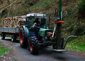 Durch den Traktorantrieb weist ein Zapfwellenspalter enomre Spaltkraft auf.