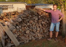 Der Brennholzlagerplatz im Freien. Hier trocknen die Scheite bis sie den optimalen Brennwert erreicht haben.