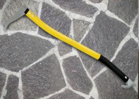Ein typisches Sappie mit Stiel, Stahlkopf und auffälligem Dorn.